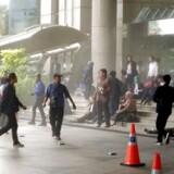 Uden for den indonesiske børs, hvor flere modtager akut behandling. Der er ikke tale om en eksplosion.