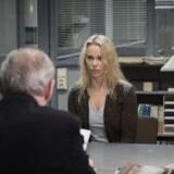 Saga Norén (Sofia Helin) bliver holdt på pinebænken i den mordsag, som bygges op mod hende. Samtidig forsøger hun at opklare en anden. Foto: Carolina Romare