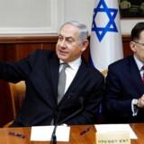 Israels politi har afhørt premierminister Benjamin Netanyahu om sager, hvor han er blevet beskyldt for bestikkelse og korruption.