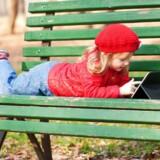 Børn under 13 år kan ikke få deres egen Facebook-, Google- eller Apple-konto og må enten lyve om deres alder eller bruge forældrenes. At give dem deres egen konto er et særdeles følsomt emne, fordi der ikke er tiltro til, at beskyttelsen af privatlivets fred respekteres. Foto: Iris/Scanpix