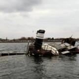 Sådan så slæbebåden ud i foråret 2014 efter en storm. Båden har tidligere givet store problemer for både Københavns Kommune og bestyrelsen i Amager Strandpark, og her godt to år senere ligger vraget stadig ved strandparken.