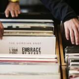 Tredje lørdag i april holder pladebutikkerne deres årlige festdag, Record Store Day. Her er det både muligt at finde guld og dyrt bras.