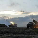 Ukrainske soldater skyder raketter mod pro-russiske separatister i det østlige Ukraine.