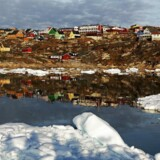 Grønlands største og mest ekjspanderende turistby Ilulissat set fra vandsiden i aftensolen. Det er en af de byer, der har behov for at udvidelse af lufthavnen. Det vil koste omkring en milliard kr.