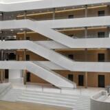 Godt 700 DSV-ansatte får daglig arbejdsplads i transportkoncernens nye hovedsæde, som er tegnet af PLH Arkitekter. En del af strømmen leveres fra solceller på en tilstødende terminalbygning.
