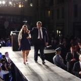 Chris Christie med sin datter, Sarah, efter at have holdt takketale til vælgerne, der genvalgte ham i New Jersey.