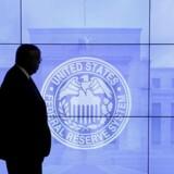 Arkivfoto: Sikkerhedsvagt går forbi et logo for den amerikanske centralbank, Federal Reserve.