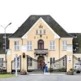 En mand, som søndag blev fundet død i Center Sandholm, er blevet dræbt af flere knivstik.
