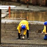 Polske arbejdere i gang med fundamentarbejde ved VM Bjerget i Ørestaden