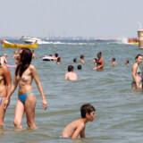 ARKIVFOTO. Badegæster, turister på stranden i Mamaia, Rumænien ved Sortehavet.