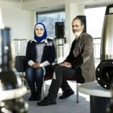 Det syriske ægtepar Rania og Osama Alola er flygtet til Danmark fra den sønderbombede storby Aleppo. De har begge gode uddannelser, men har haft svært ved at lære sproget. »Der er svært at komme rigtigt i kontakt med danskere i hverdagen,« fortæller Rania, som derfor er meget glad for, at hun ligesom sin mand er kommet i praktik hos Grundfos, hvor de helt naturligt taler med danskere og lærer sproget. Foto: Bo Amstrup