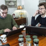 Carl Gustav Lehmann til højre har været overrasket over, hvor god hans far, Ulrik Lehmann til venstre, har været til at fralægge sig ansvaret for vigtige opgaver i virksomheden.