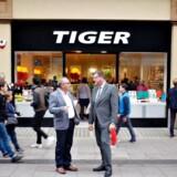 Philip Bier har haft store succes med at rulle Tiger-koncepet ud på det britiske marked. Her er han fotograferet sammen med daværende handels- og udviklingsminister Mogens Jensen på Oxford Street i London i 2014.