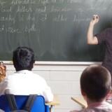 Drengene er stadig de dygtigste til matematik, men der bliver færre og færre af de skrappe regnedrenge, og for pigerne står det ikke bedre til. Samlet set klarer de danske elever sig dårligere i matematik i 2012, end de gjorde i 2003, da matematik sidst var i fokus i PISA-undersøgelsen.