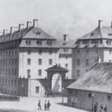 Sølvgades Kaserne med den pompøse indgang på hjørnet af Øster Voldgade og Sølvgade i 1880erne. Endnu er Østervold kun delvis gravet bort. København før og nu – og aldrig, bd. 10.