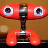 »Hello, world!« synes denne røde, rumlignende tingest at sige. Det er verdens første 3D-netkamera, så man kan se hinanden i flere dimensioner (næppe årstiden at lancere den slags på, nu hvor slankekurene topper). Minoru hedder kameraet, produceret af Novo.