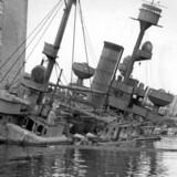 """Da de tyske besættelsestropper ved 4-tiden om morgenen 29. august 1943 rykkede ind på Holmen, Blev der givet signal til at iværksætte den planlagte sænkning af flådens skibe. Her kystforsvarsskibet """"Peder Skram"""". Arkivfoto: Scanpix"""