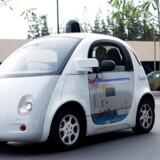 En af Googles selvkørende biler på hovedkvarteret i Mountain View i Californien.