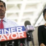 Daværende borgmesterkandidat i New York, Anthony Weiner, og hans hustru, Huma Abedin, ved en pressekonference i New York 23. juli 2013. På pressekonferencen sagde Weiner, at han ville fortsætte sin valgkamp på trods af, at han igen var blevet afsløret i at sende beskeder og billeder med seksuelt indhold. Foto: Eric Thayer/Reuters