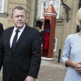 Esben Lunde Larsen, Lars Løkke Rasmussen og Ulla Tørnæs foran Amalienborg mandag, da de nye ministre blev præsenteret for Dronningen.