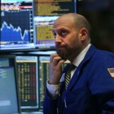 Det er ikke uden bekymrede miner og løftede øjenbryn, at de amerikanske aktiemarkeder går ind i den nye regnskabssæson. Her er det en børshandler på børsen i New York.