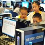 Kinesiske skolebørn i Beijing får undervisning i at bruge internettet korrekt. Den teknologiske side af reguleringen af internettet er i daglig tale bedre kendt som The Great Firewall of China.