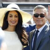 »'The New Trophy Wife' er en ny trend, hvor mænd og kvinder, der har samme rate af succes, danner par med hinanden. Der er altså ved at ske et paradigmeskift, hvor de succesfulde mænd ønsker at danne par med lige så succesfulde kvinder i små, magtfulde tomands-enklaver, kaldet 'power couples',« skriver dagens kronikør. Her ses den amerikanske skuespiller George Clooney med sin nye hustru, advokaten Amal Alamuddin, efter deres vielse i Venedig i september.