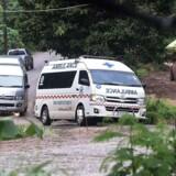 En ambulance forlader området ved Tham Luang-grotten tirsdag. / AFP PHOTO / YE AUNG THU