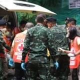En af de reddede drenge bliver assisteret ind i en ambulance.