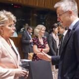 EUs justitskommissær, Viviane Reding (til venstre), taler med sin landsmand, Luxembourgs justitsminister Felix Braz inden starten på ministerrådsmødet fredag, hvor der var bred opbakning til stramningerne af privatlivsbeskyttelsen. Foto: Nicolas Bouvy, EPA/Scanpix