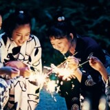 Tre søstre får overraskende en lillesøster, og den japanske filminstruktør Hirokazu Kore-eda zoomer i »Søstre« helt ind på de fires sjæleliv. PR-foto