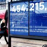 454.215 kroner. Det er det centrale beløb i en kampagne, som oppositionspartiet Venstre står bag. Kampagnen henviser til det beløb, som en familie med tre børn får per år i kontanthjælp - inklusive boligsikring, tilskud til dagtilbud og 'børn og unge-ydelser'. Venstre mener dermed, at kontanthjælpsmodtagerne får alt for mange penge forærende. Her på Hovedbanegården.