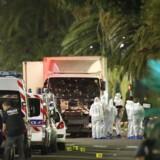 Politifolk og retsmedicinere står ved lastbilen, der blev brugt til angrebet.