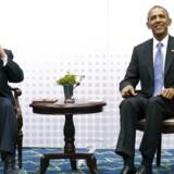 Cubas præsident Raul Castro lader som om, han ikke hører journalisternes spørgsmål, da han mødtes med USAs præsident Barack Obama under »Amerika-mødet« i 2015.