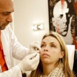 Eksempel på en botox operation, hvor rynkerne under øjnene bliver fjernet