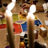 Brætspil er blandt de utallige variationer af velvære som ordet hygge dækker over. Engelsk forsker mener positive uoversættelige ord gør verden bedre.