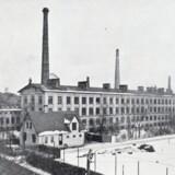 Den Kongelige Porcelænsfabrik på den gamle teglværksgrund mellem Smallegade i baggrunden og Frederiksberg Have og med Sønder Fasanvej i forgrunden. Foto: 1904, Før og nu, 6. årg.