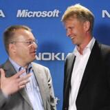 Nokias nye topchef, Stephen Elop (til venstre), kender mobilgiganten godt fra sit samarbejde mellem Microsoft og Nokia. Her ses han for et år siden sammen med Nokias chef for alt udstyr, Kai Oistamo. Foto: Rebecca McAlpin, AFP/Scanpix