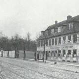 Slotskroen var det sidste hus på Vesterbrogade før Frederiksberg Bakke. Bag plankeværket på hjørnet af Pile Allé lå beværterhaven med lysthuse. Billedet er fra 1904 – året efter var alt revet ned. Før og nu, 6. årg.