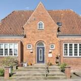 Barndomsvillaen, som ikke længere er i Schlüter-familiens hænder, ligger nær Tønder Station og er opført i røde mursten og tilsvarende tegl.