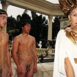 Den britiske skuespiller Helen Mirren optræder i en ny rolle i traileren til en fiktiv film om (sex-)livet ?ved den romerske kejser Caligulas hof. Traileren er skabt af Francesco Vezzoli og indgår i Gl. Holtegaards udstilling »Frydefuld gysen – barokke spejlinger før og nu«. (PR-foto)