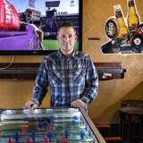 Barejer Finn Hvillum, LA-Bar i Jomfru Anegade i Aalborg ved tv-skærm i baren. TV koster 4 kroner pr. tomme til Copydan.