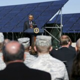 Præsident Barack Obama holder en tale ved flyvebasen Hill Air Force Base, Utah, hvor solpaneler leverer energi.