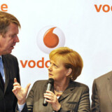Den tyske kansler Angela Merkel (i midten) sammen med Californiens guvernør Arnold Schwarzenegger (til højre) i en snak med mobilselskabet Vodafones tyske topchef, Friedrich Joussen, under årets IT-messe CeBIT i Hannover. Nu går Vodafone i konkurrence med Apples netbutik. Foto: John Macdougall, AFP/Scanpix