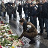Folk i København lagde blomster ved den franske ambassade på Kongens Nytorv torsdag den 8. januar 2015 for at mindes medarbejderne ved den franske satireavis Charlie Hebdo der blev dræbt onsdag. Foto: Niels Ahlmann Olesen