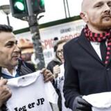 Demonstration til støtte for Jyllands-Posten. En række prominente journalister og debattører møder op foran JP/Politikens Hus for at udtrykke deres sympati for JP gennem kampagnen »Jeg er JP« og for at understrege vigtigheden af at stå sammen om ytringsfriheden netop nu. Mads Brügger (til højre) sammen med Naser Khader.