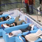 Søvnige madrilenere i intens konkurrence om siesta-mesterskabet i et lokalt indkøbscenter.?Foto: Dominique Faget/AFP