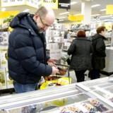 Ifølge beregninger fra Danske Bank svarer prisfaldet siden sidste år til, at en gennemsnitlig børnefamilie kan spare 3.000 kroner om året på at købe dagligvarer i discountkæderne.