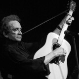 Country-stjernen Johnny Cash under en optræden ved Country Music Festival i Worb, Schweiz, i 1997. Pladeselskabet Columbia, der i næsten 30 år vendte ham ryggen, udgiver i morgen, via datterselskabet Legacy Recordings, det »nye« Johnny Cash-album »Out Among The Stars«. Foto: EPA