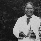 Den 18-årige Sunneva Sandø Pedersen iført kittel og malerpensel. Fotografiet er taget i 1916, året hvor hun blev student. Foto fra bogen.